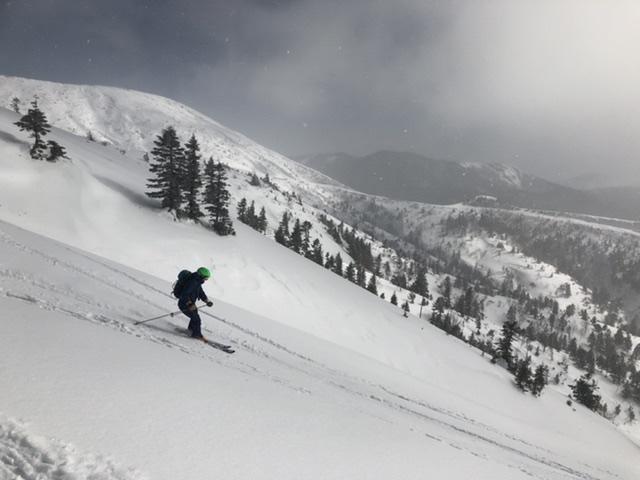先落としながらスキーに全てを任せて滑る